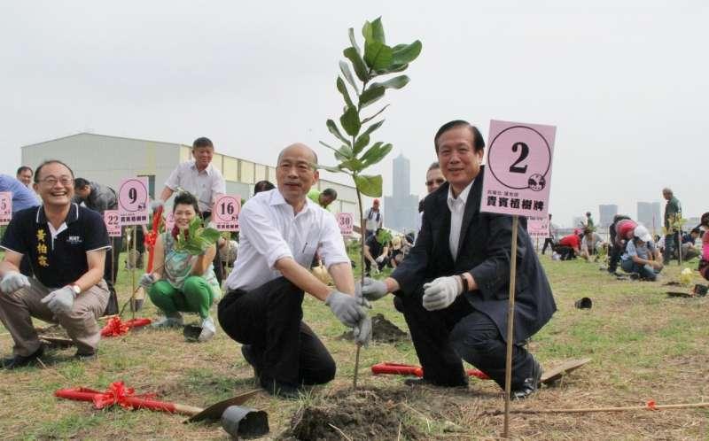 高雄市長韓國瑜(前左)與商總理事長賴正鎰(前右)一同手持金鏟種下愛護地球的小樹苗。(圖/徐炳文攝)
