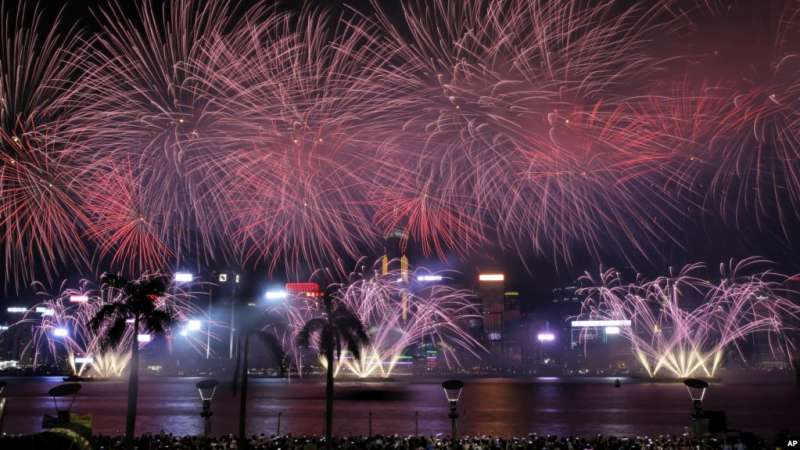 2017年10月1日在香港維多利亞港灣的國慶煙火。(美聯社)