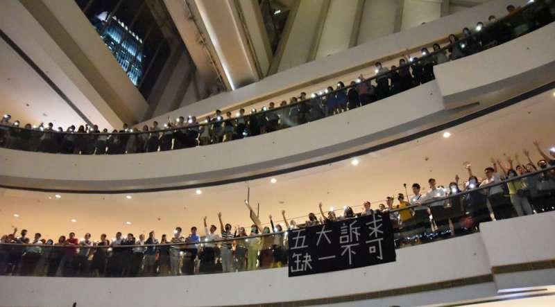 港人進占各大廣場進行〈願榮光歸香港〉大合唱。(王紀堯攝)