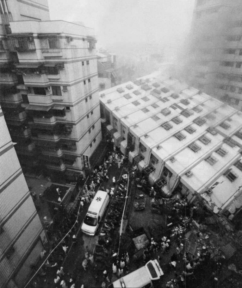 921地震造成新莊「博士的家」有3棟大樓倒塌, 45人死亡。(新新聞資料照)