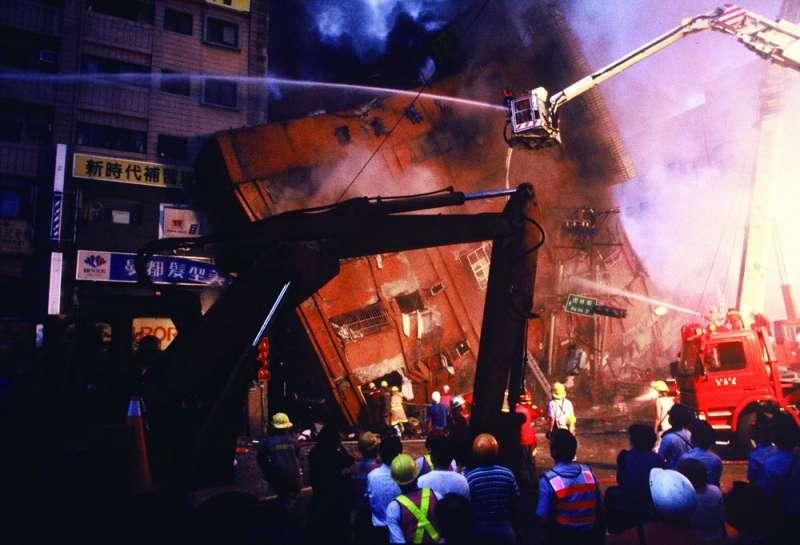 位於台北市八德路、虎林街口的「東星大樓」,因921大地震導致嚴重倒塌,造成87人死亡。(林瑞慶攝)