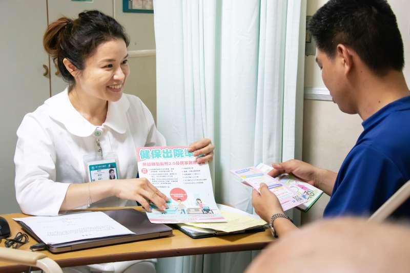 東元醫院護理師詳細向病患家屬說明雙向轉診與出院準備銜接長照服務。(圖/東元綜合醫院提供)
