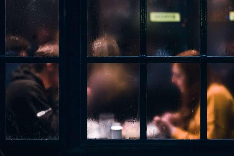 想要和對方更進一步,就把約會的時間從白天改成晚上,越暗的地方越有機會!(圖/Would You Magazine)