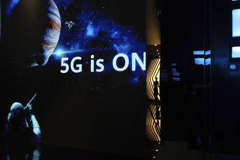 5G時代漸漸走近,超高速網路帶來的物聯網、車聯網想像,也有待時間證明與考驗。(美聯社)