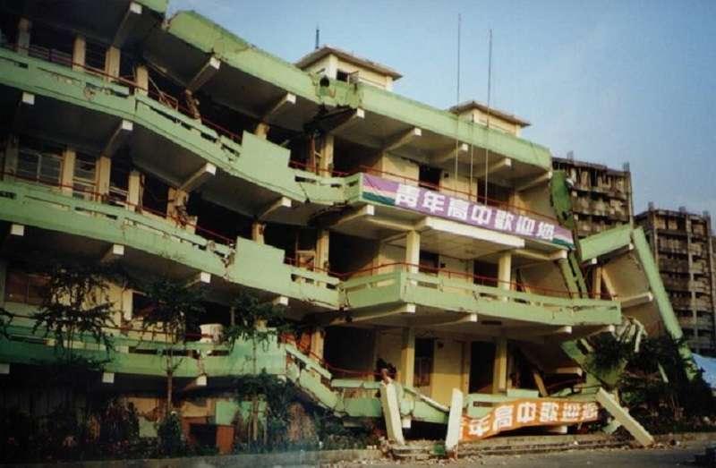 921地震校舍崩塌照片。 (作者提供)