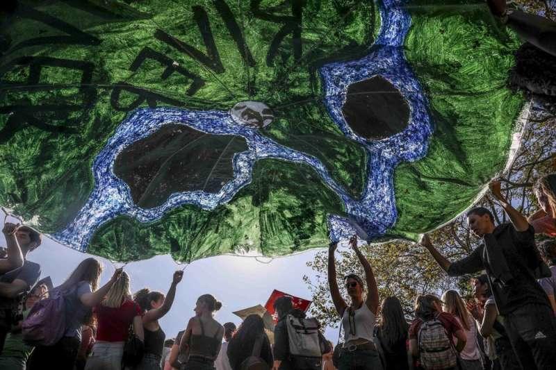 紐約民眾自製地球標語、響應「全球氣候遊行」。(美聯社)