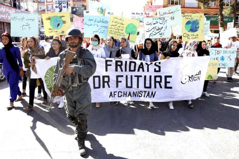 阿富汗首都喀布爾,也出現群眾在軍警戒護下,響應「全球氣候遊行」、週五罷課上街抗議。(美聯社)