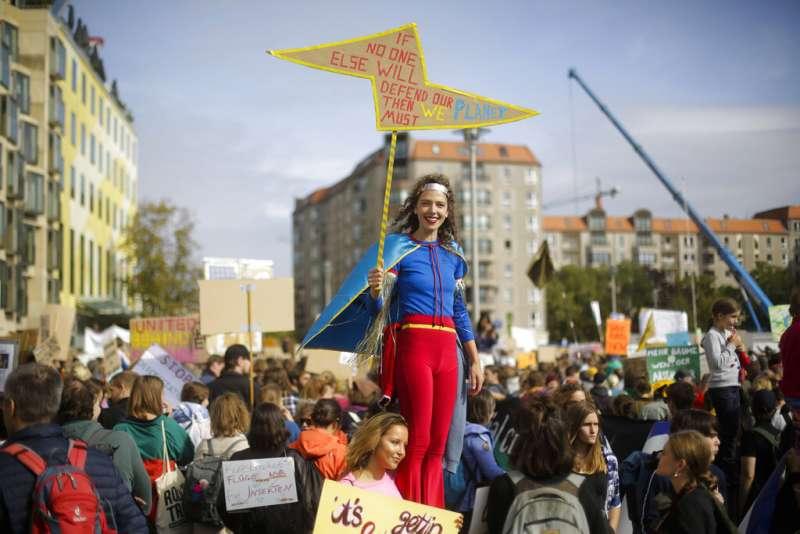德國民眾變裝參與「全球氣候遊行」。(美聯社)