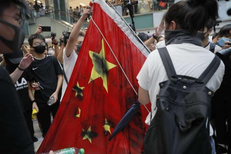 2019年9月,香港反送中示威,中國五星旗成了被抗議的對象(AP)