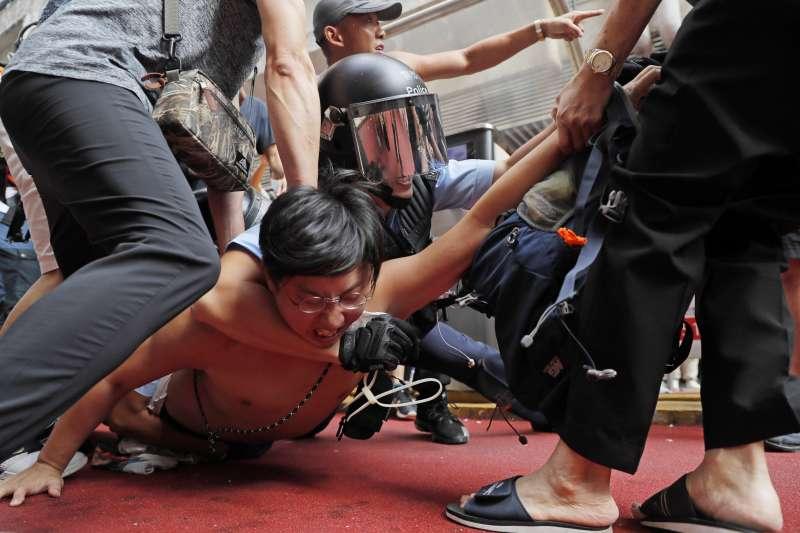 香港警民衝突加劇,警察遭控對民眾施酷刑。(美聯社)