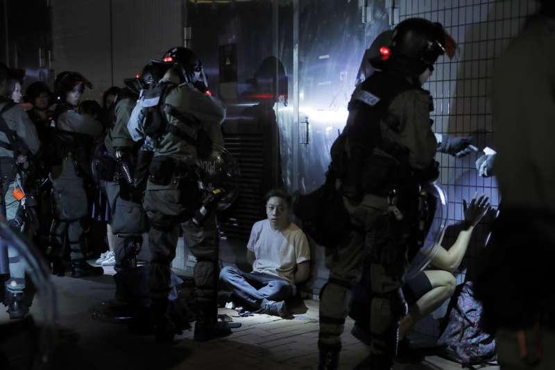 港警在21、22日逮捕兩名年僅13歲的抗議者引發香港市民怒火。(美聯社)