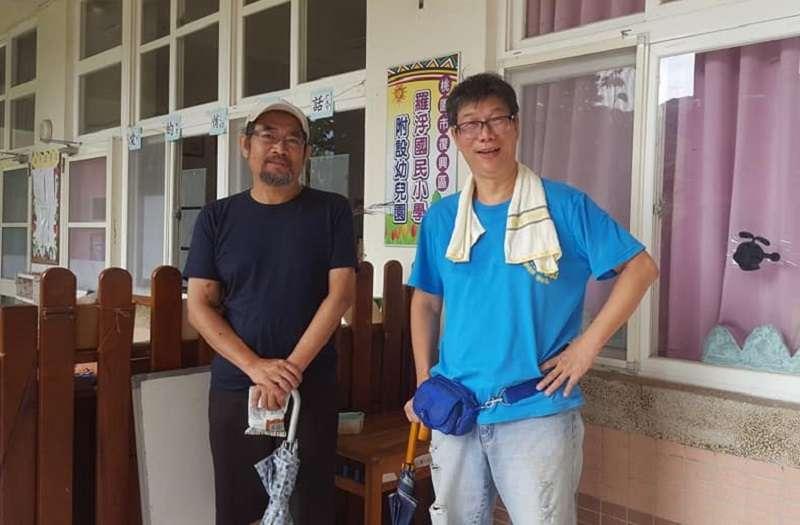 為高教一起機車環島,一起抗拒教師評鑑的謝青龍(右)與周平(左)兩位教授。(取自謝青龍臉書)