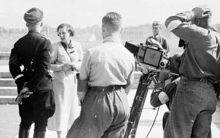 德國女導演裡芬施塔爾(Leni Riefenstahl)擅長以畫面展示納粹意識形態,1934年攝於紐倫堡。(圖/Bundesarchiv, Bild 152-42-31@wikipedia / CC-BY-SA 3.0)