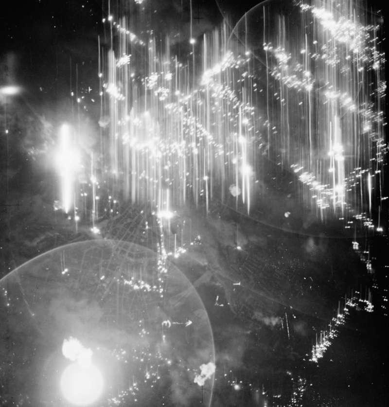 漢堡大轟炸。蛾摩拉行動。哥摩拉行動。Operation Gomorrha。英國皇家空軍在夜間襲擊的圖片。(取自維基百科)