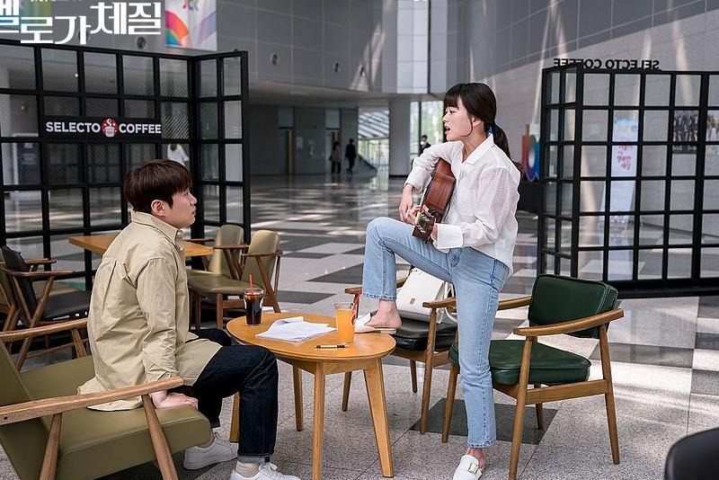 女主角為了報復男主角,無厘頭的憑空拿出吉他唱歌。(圖/JTBC)