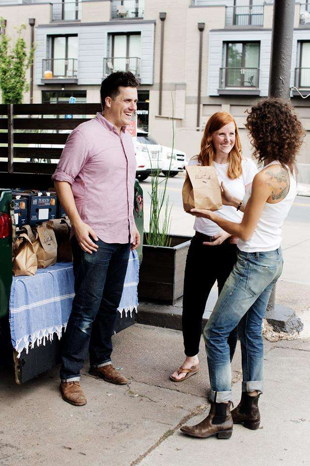 The Peach Truck創辦人Stephen Rose (左) 和妻子Jessica (中) 從吉普車一袋袋賣水蜜桃,開始他們的事業  (圖/ The Peach Truck Facebook)