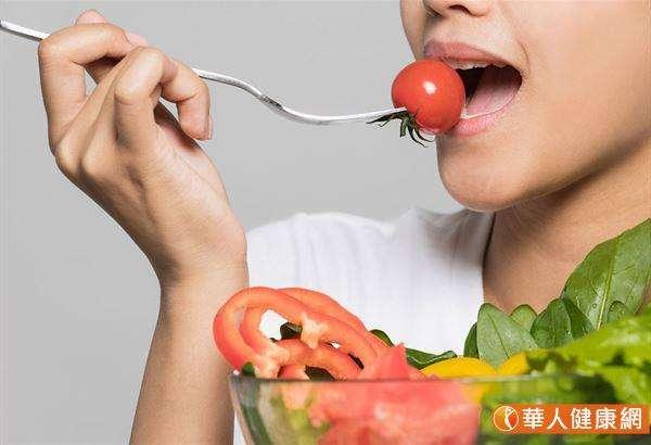 如果是臭屁多的話,就需要改變飲食型態,減少辛辣、味重的食物,如⼤蒜、辣椒、沙茶醬等,⽽要多進食⾼ 纖維的蔬果。(圖/華人健康網提供)