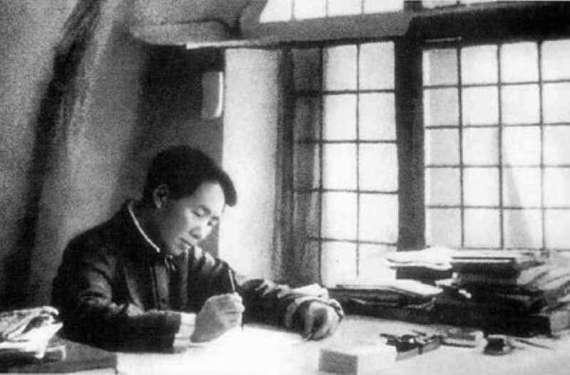 抗戰爆發後,仍有不少台灣人對蔣中正「片面抗戰」,甚至於「消極抗戰」路線有所質疑,並把延安的毛澤東看成指揮中國人民抗戰的最高精神領袖。為此丘念台拜訪了延安,並請求毛澤東從抗日軍政大學與陝北大學調派幹部,協助他組訓東區服務隊。(作者許劍虹提供)