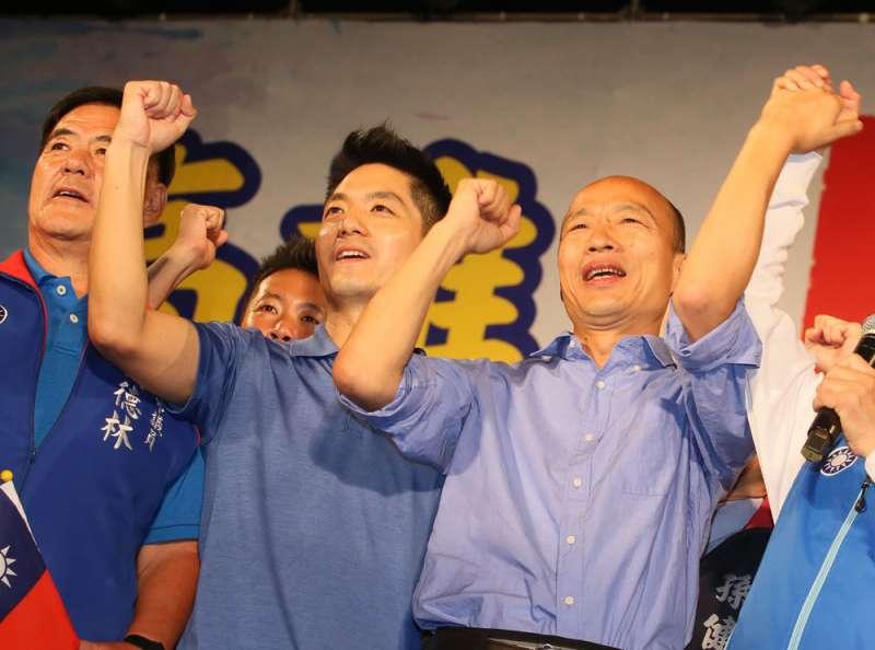 蔣萬安(右二)說自己會配合黨的總統候選人韓國瑜(右一)。(柯承惠攝)