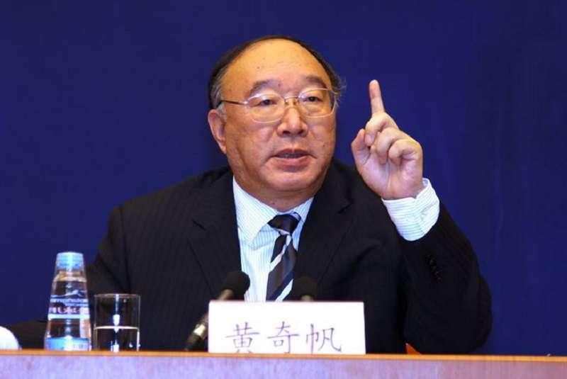 上海背景的原重慶市長黃奇帆,近期在廣東出席中國金融四十人論壇上發表演講時,明確表示香港的地位不可取代。(新華社)