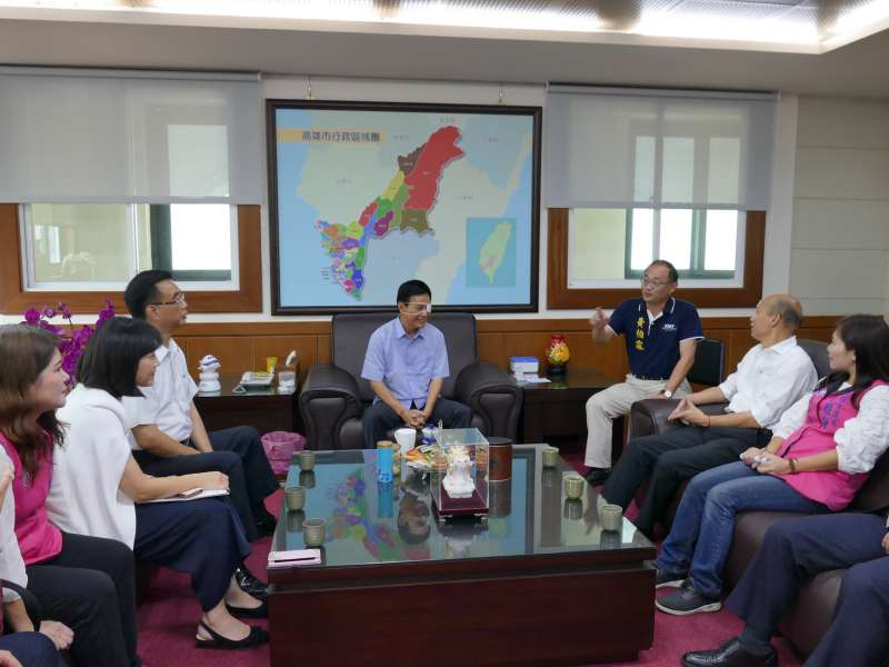 身體違和的高雄市議會議長許崑源在韓國瑜拜訪後,留在議長室,而缺席定期大會開幕。(圖/徐炳文攝)