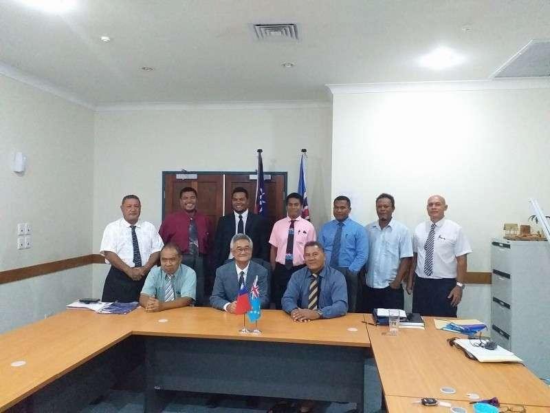 我駐吐瓦魯大使蘇仁崇與吐瓦魯總理和新內閣成員合照。(吐瓦魯國內閣會議室,總統府20190920攝)