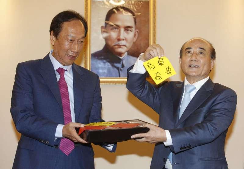 郭台銘(左)退選後,王金平選不選的疑問再度浮上檯面。(柯承惠攝)