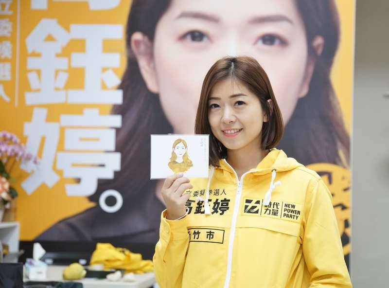 20190926-時代力量新竹市立委參選人高鈺婷接受《風傳媒》採訪,並展示競選小物明信片。(盧逸峰攝)