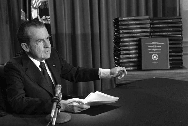 1974年8月9日,時任美國總統尼克森為避免聯邦眾議院彈劾,被迫辭職(AP)