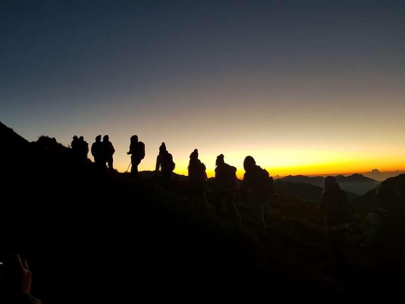 安置少女登石門山看日出。(圖/廖淑青提供)