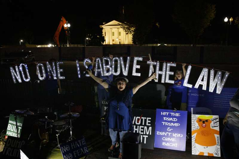 美國總統川普深陷「烏克蘭門」醜聞風暴,政壇與民間要求彈劾聲浪高漲(AP)