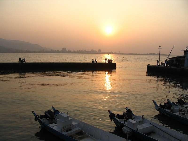 淡水碼頭的夕景(圖/維基百科)