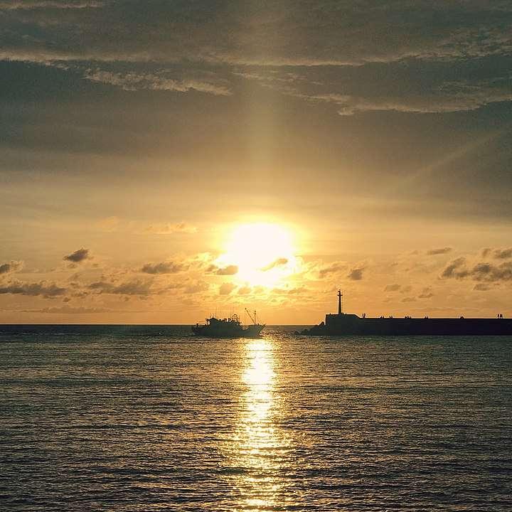 台南安平港的落日(圖/維基百科)