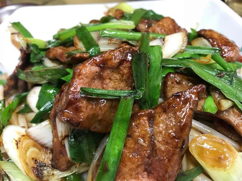 史明的餐館也有一些台灣味十足的料理,炒豬肝就是一樣,只有真正的台灣人才炒得出來。(攝影:張之豪,攝於新珍味)