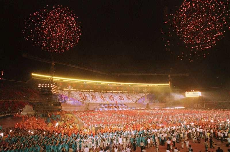 1997年北京工人體育場為了歡慶香港回歸施放的煙火。中國正在籌備「十一國慶」,展現建國70年來在經濟、軍事等發展方向的繁榮。(AP)