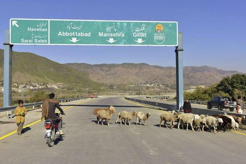 2017年蓋好的中國-巴基斯坦公路,屬於一帶一路倡議項目。中國正在籌備「十一國慶」,展現建國70年來在經濟、軍事等發展方向的繁榮。(AP)