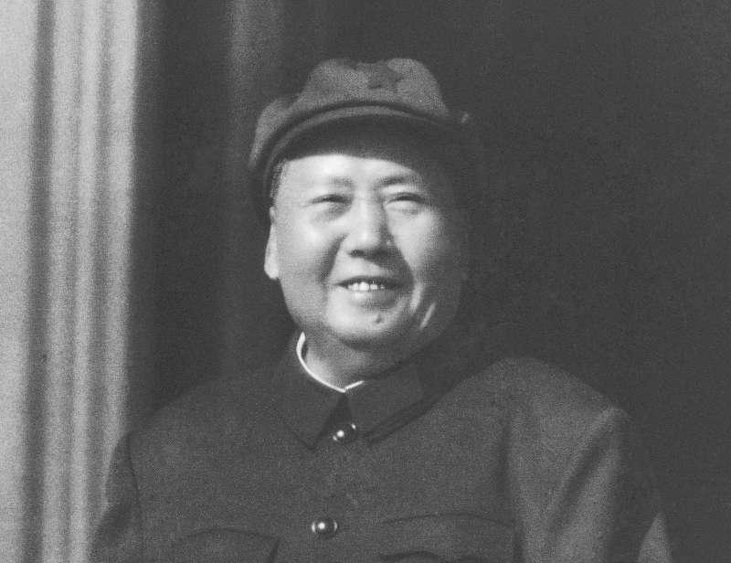 1966年,毛澤東看著文化大革命的「紅衛兵」聚集在天安門廣場,露出笑容。中國正在籌備「十一國慶」,展現建國70年來在經濟、軍事等發展方向的繁榮。(AP)