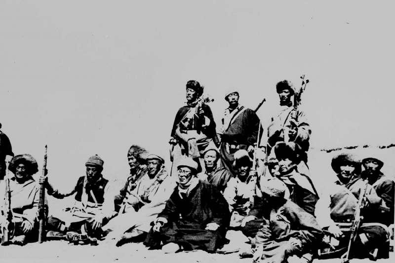 1959年,西藏領袖達賴喇嘛(中間戴眼鏡者)與志願保護他的軍人靜坐。中國正在籌備「十一國慶」,展現70年來在經濟、軍事等發展方向的繁榮。(AP)