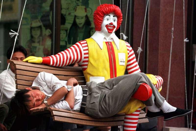 1990年中國第一間麥當勞開張。中國正在籌備「十一國慶」,展現70年來在經濟、軍事等發展方向的繁榮。(AP)
