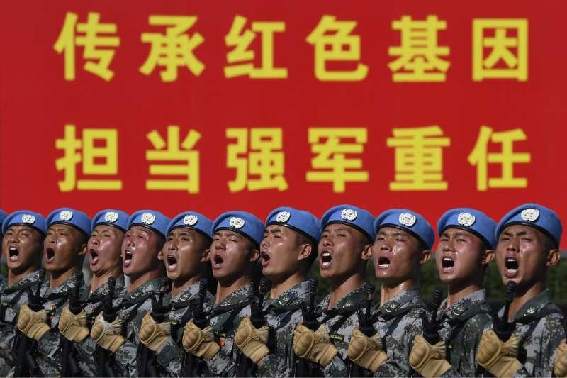 中國軍事力量不斷增強,翻轉過去和台、美之間的勢力平衡,也導致台海衝突風險增加。圖為解放軍在為「十一國慶」準備。(AP)