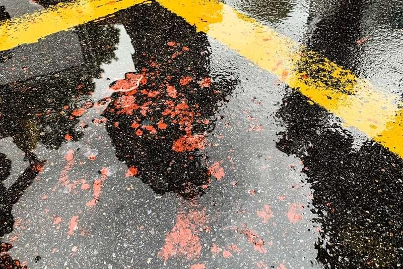 20190929-參加「929台港大遊行—撐港反極權」的香港歌手何韻詩,在接受媒體訪問時被民眾潑紅漆;圖為現場留下的紅漆痕跡。(簡必丞攝)