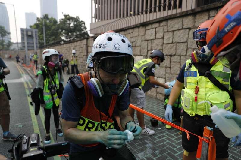 2019年9月29日,香港反送中,「全球連線、共抗極權」大遊行,警方發射藍色水柱(AP)