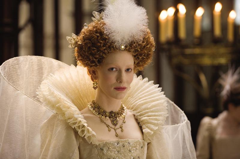 雍容華貴的伊莉莎白女王,強大氣場讓人看了都想跪下啊。(圖/IMDb)