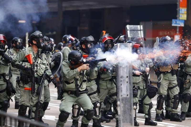 中共建政70周年10月1日這天,香港10萬民眾參加「沒有國慶,只有國殤」大遊行,警方向示威者發射催淚彈之外,還首度發射實彈,導致一人中槍。(AP)