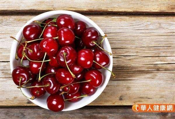 根據美國農業部USDA於2007年11⽉公佈食品之抗氧化能⼒(ORAC)進入抗氧化⼒前⼗⼤排⾏榜的蔬果分別 是:藍莓、李⼦、櫻桃、紫⾊⾼麗菜、蘆筍、綠⾊花椰菜、柳橙、甜菜根、桃⼦、葡萄。(圖/華人健康網)