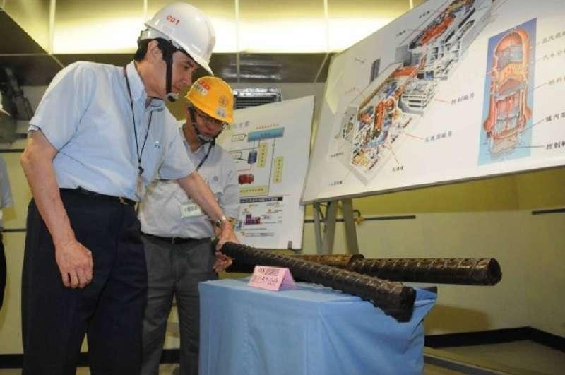 馬總統參觀龍門電廠,實際舉起圍阻體內的18號鋼筋。(王伯輝提供)