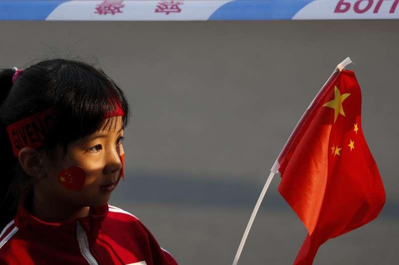 2019年10月1日,�c祝中�A人民共和��成立70周年大��.小女孩�]舞手中的五星旗。(AP)