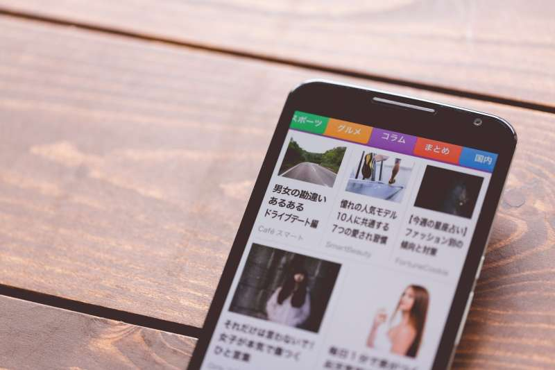 定期訂閱的報紙為減輕稅率8%,但在車站、超商或用智慧型手機、電腦購閱報紙,不適用減輕稅率。(圖/pakutaso)