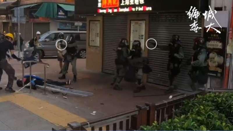實況截圖分解:至少兩名員警舉槍(香港城市大學學生會編輯委員會)