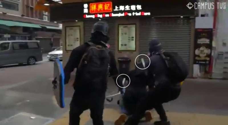 實況截圖分解:一名警察落單,遭示威者包圍(香港城市大學學生會編輯委員會)
